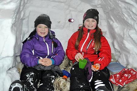Gneis fototävling 2011 Cornelia o Linnea i snögrottan
